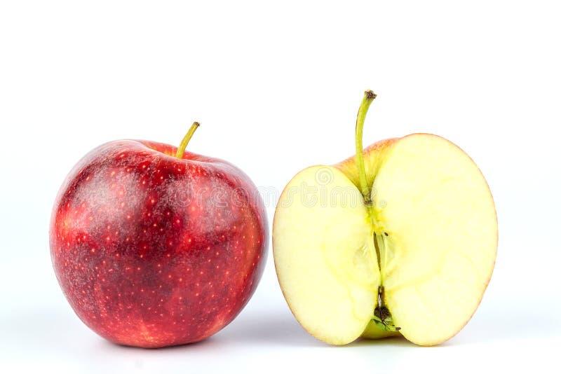 在白色背景隔绝的切的红色苹果的关闭 免版税库存照片
