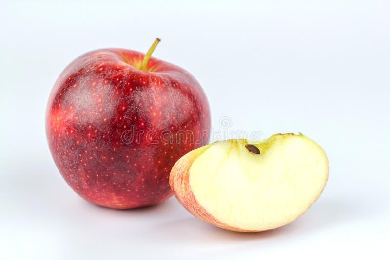 在白色背景隔绝的切的红色苹果的关闭 免版税图库摄影