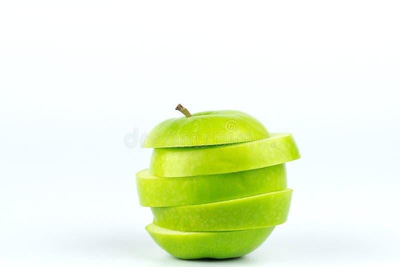 在白色背景隔绝的切的绿色苹果的关闭 免版税库存照片