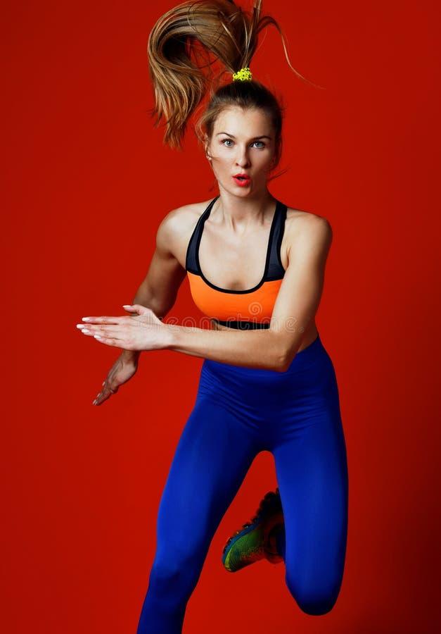 在白色背景隔绝的剪影的少女赛跑者 动态运动 体育运动和健康生活方式 图库摄影