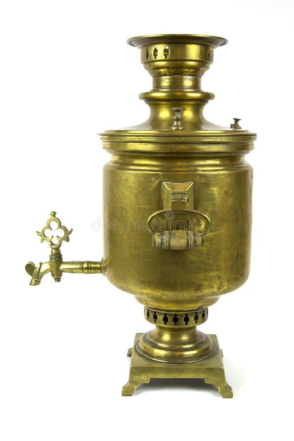 在白色背景隔绝的古色古香的铜俄国式茶炊 免版税库存照片