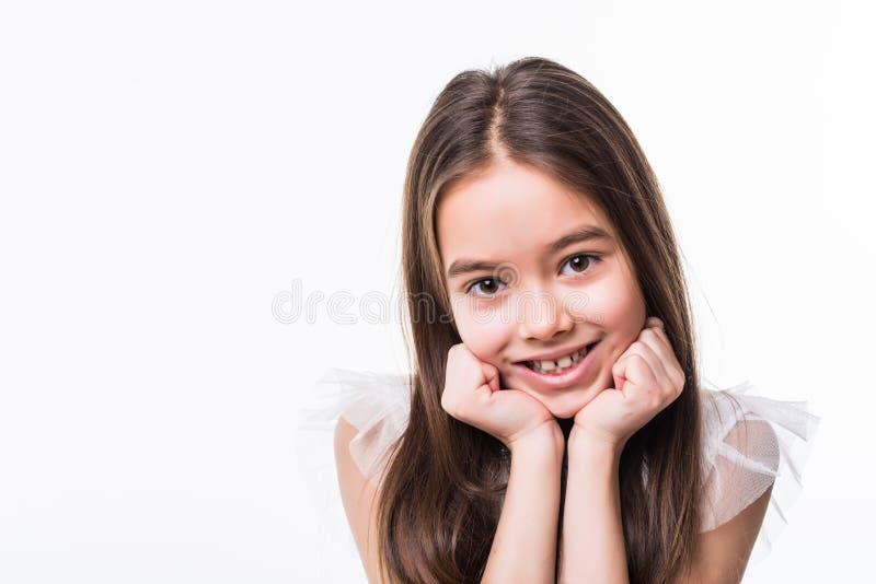 在白色背景隔绝的可爱的微笑的小女孩画象  免版税库存图片