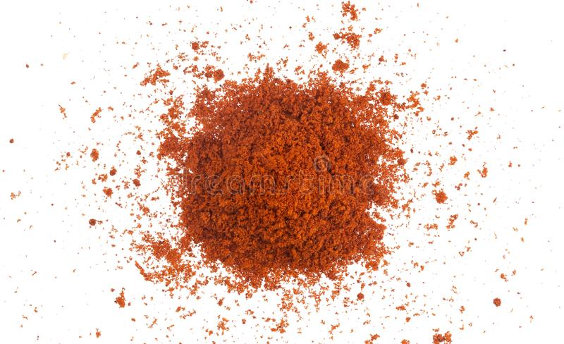 在白色背景隔绝的堆红色辣椒粉粉末 顶视图 免版税库存图片