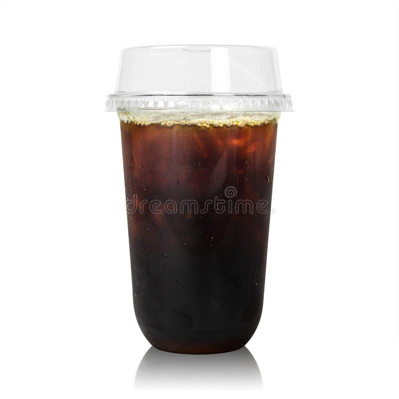 在白色背景隔绝的塑料杯子的无奶咖啡 没有糖咖啡用冰饮料 r 免版税图库摄影