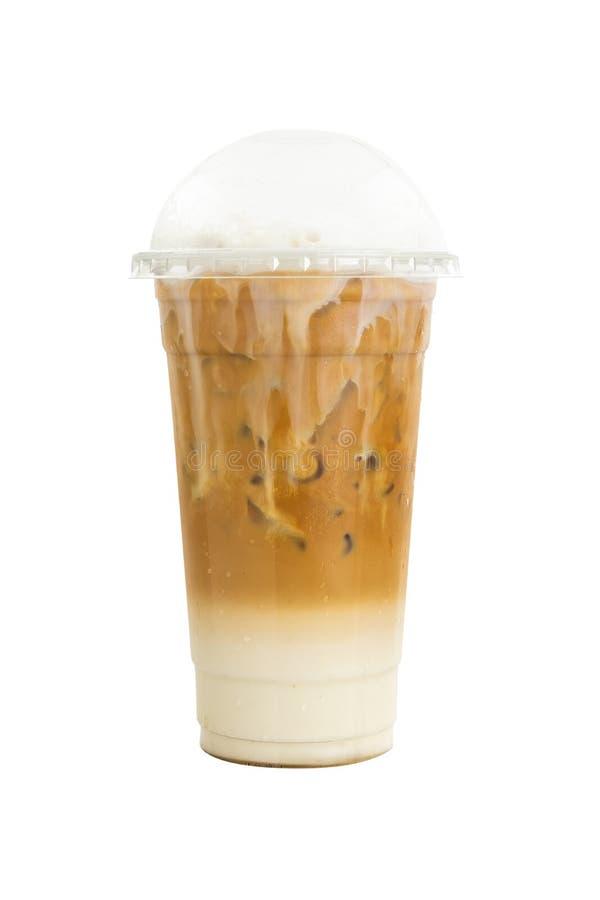 在白色背景隔绝的塑料玻璃的被冰的焦糖macchiato咖啡 免版税库存照片
