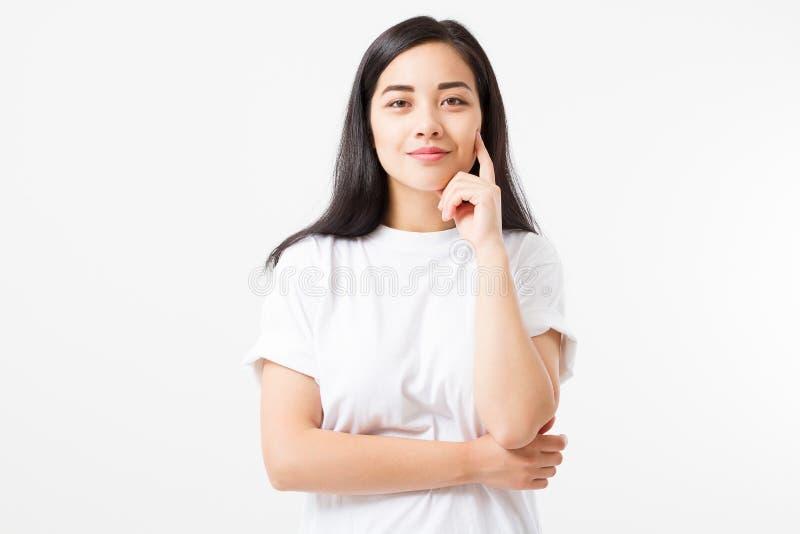 在白色背景隔绝的夏天T恤杉的美丽的年轻亚裔女孩 自然秀丽面孔构成 复制空间 免版税库存图片