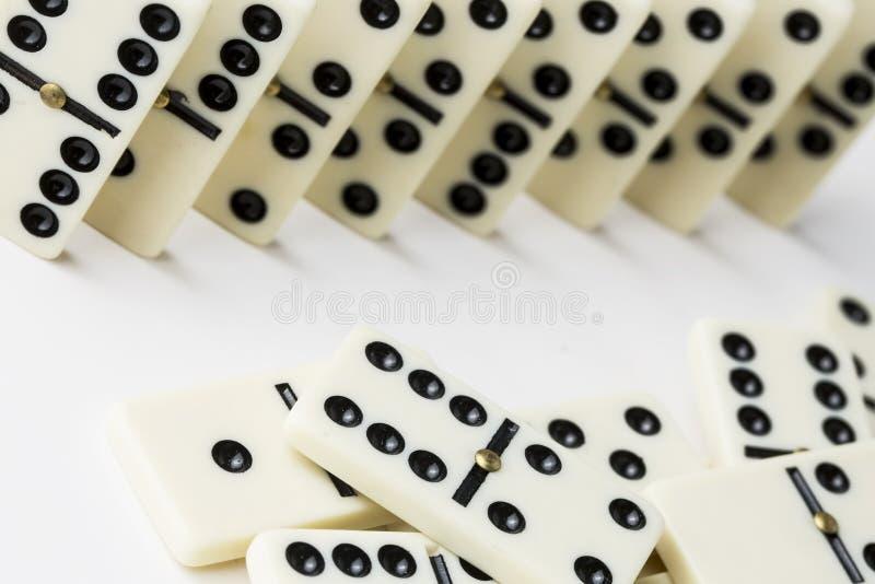在白色背景隔绝的多米诺比赛 免版税库存照片