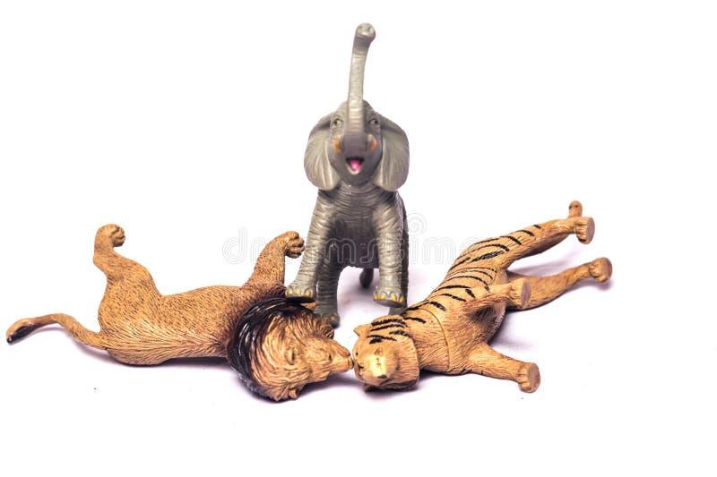 在白色背景隔绝的大象、老虎和腰部玩具 免版税库存图片
