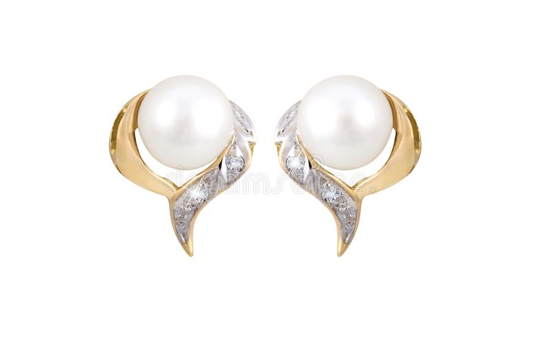 在白色背景隔绝的对金黄金刚石和珍珠耳环 免版税库存照片