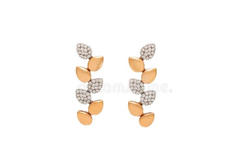 在白色背景隔绝的对金黄金刚石耳环 有金刚石的,豪华首饰金黄耳环 库存照片