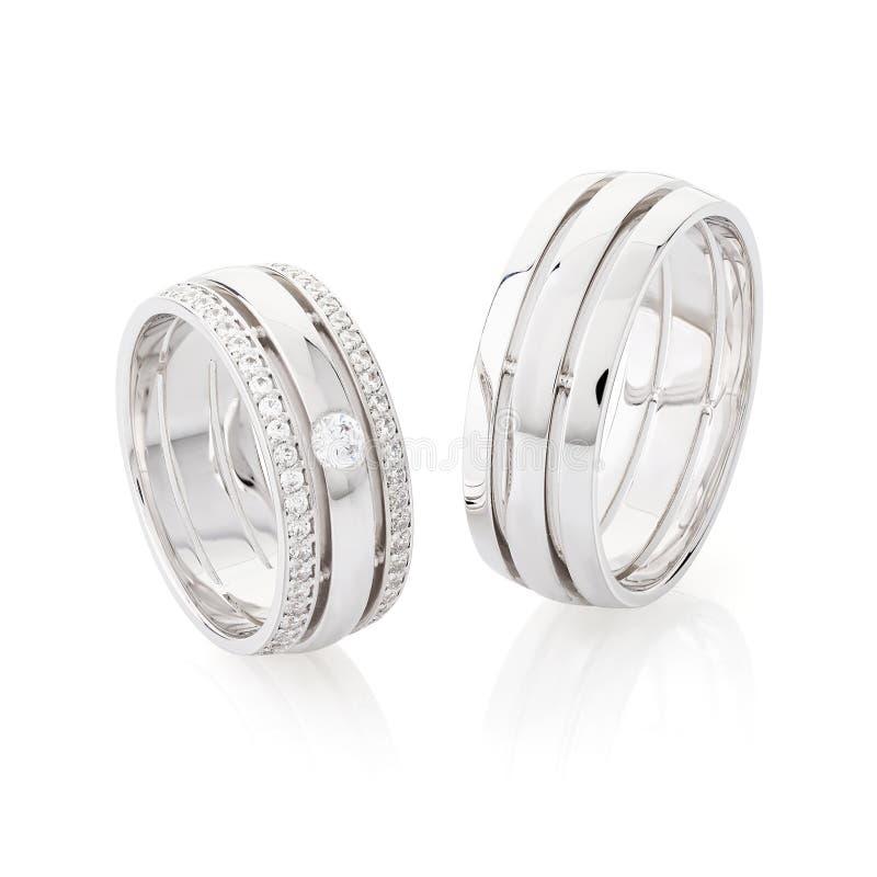 在白色背景隔绝的对银色结婚戒指 免版税图库摄影