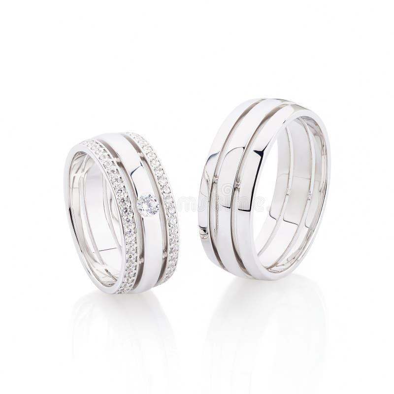 在白色背景隔绝的对银色结婚戒指 库存照片