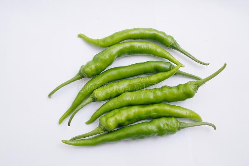 在白色背景隔绝的小组新鲜的绿色辣椒 免版税库存图片