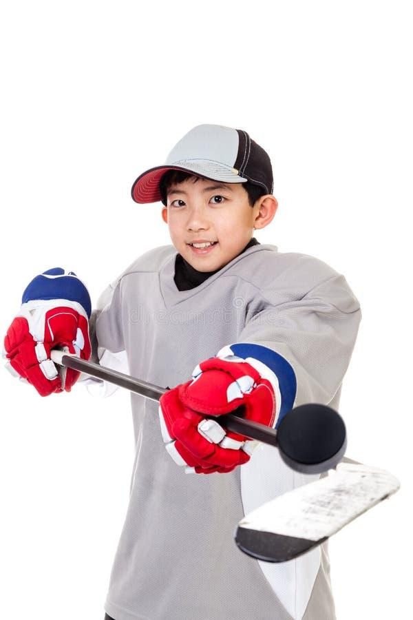 在白色背景隔绝的小辈冰球球员 免版税库存图片