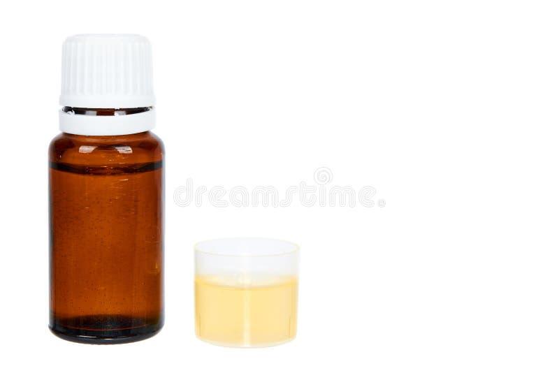 在白色背景隔绝的布朗玻璃医学瓶,拷贝空间模板 图库摄影