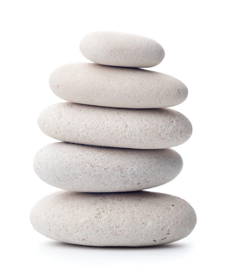 在白色背景隔绝的平衡的小卵石 免版税库存照片