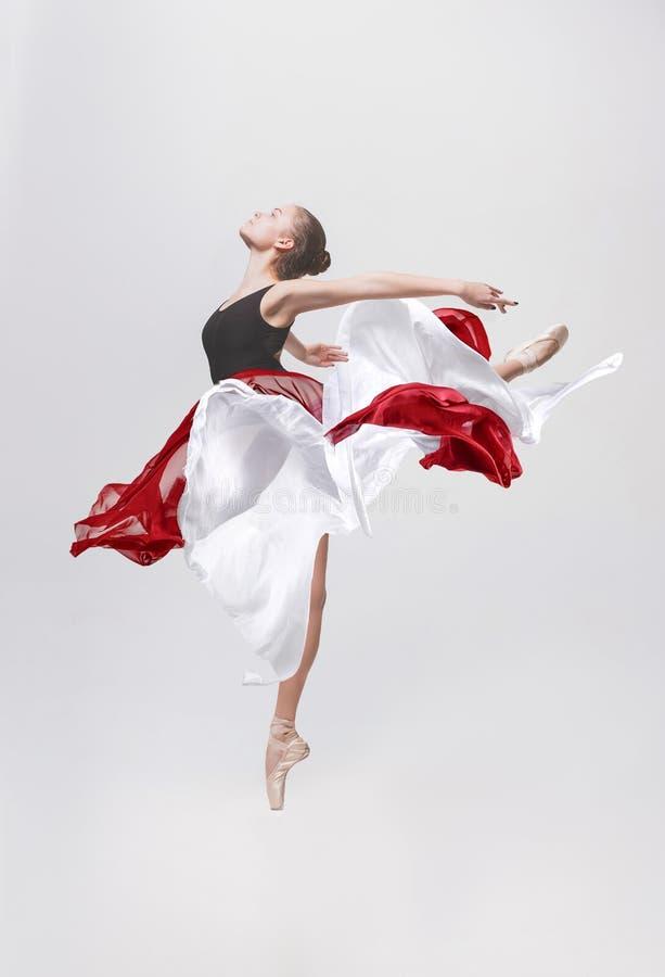 在白色背景隔绝的年轻古典舞蹈家 免版税库存照片