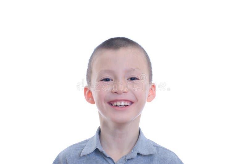 在白色背景隔绝的愉快的微笑的男孩画象 逗人喜爱的可爱的童颜的幸福童年 免版税库存照片