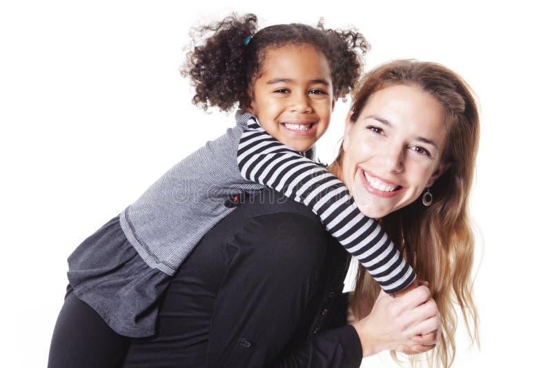 在白色背景隔绝的愉快的快乐的非洲家庭画象  库存照片