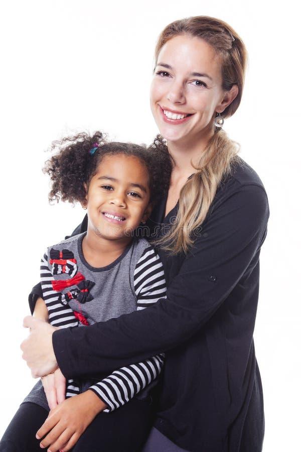 在白色背景隔绝的愉快的快乐的非洲家庭画象  库存图片