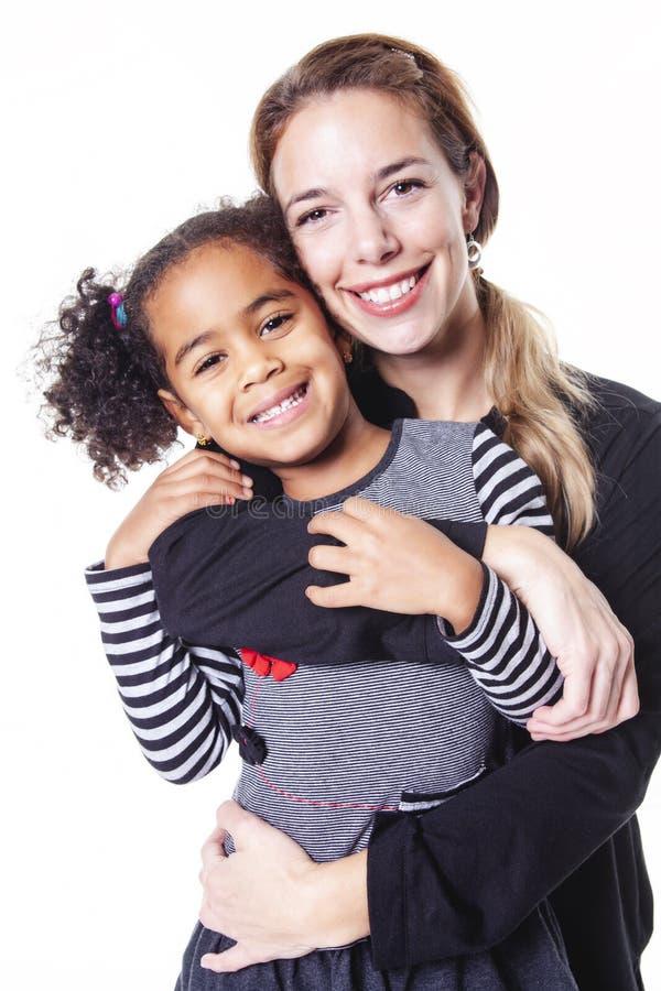 在白色背景隔绝的愉快的快乐的非洲家庭画象  免版税库存照片