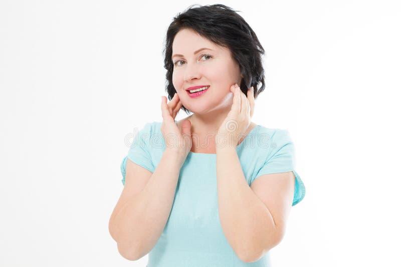 在白色背景隔绝的愉快的深色的妇女画象关闭 皮肤护理和秀丽皱痕概念 复制空间 免版税库存图片