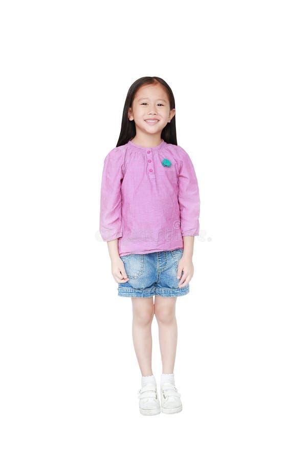在白色背景隔绝的愉快的矮小的亚裔儿童女孩画象  孩子微笑的概念 库存图片