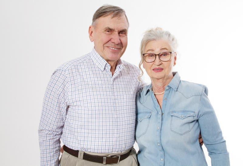 在白色背景隔绝的愉快的资深家庭夫妇 画象妇女和人的关闭有起皱纹的面孔的 年长祖父母 库存图片