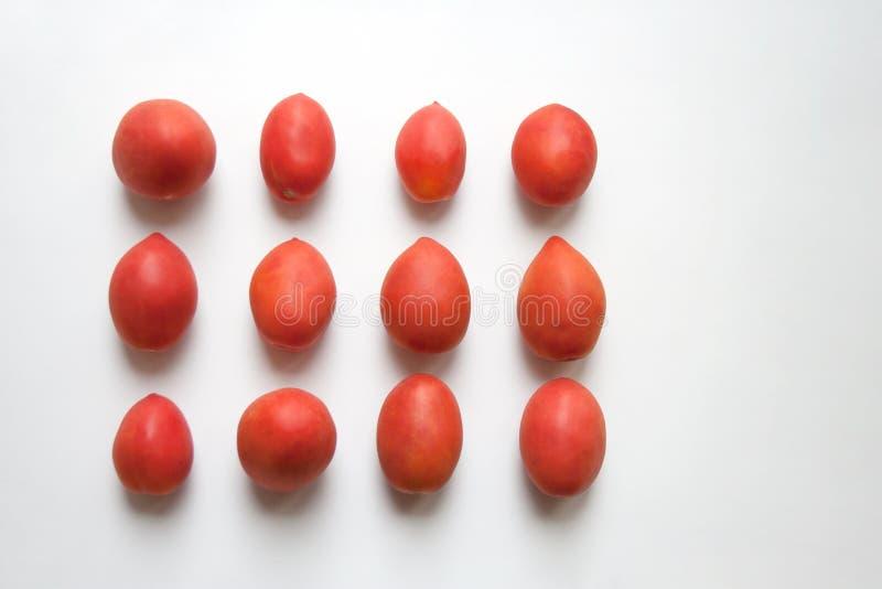在白色背景隔绝的成熟李子西红柿 免版税库存照片