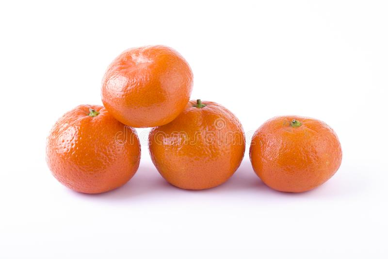 在白色背景隔绝的新鲜的普通话 桔子在行被安排 安置在一个空白背景 库存照片