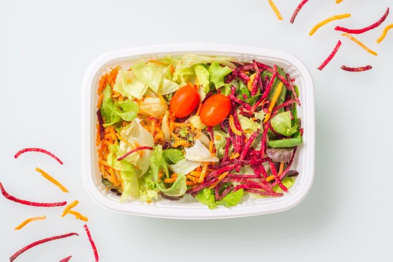 在白色背景隔绝的新鲜蔬菜沙拉 E 饭盒,拿走有机食品 减肥饮食 库存图片