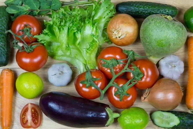在白色背景隔绝的新鲜蔬菜 免版税图库摄影