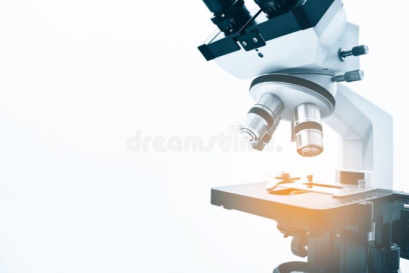 在白色背景隔绝的显微镜 库存图片