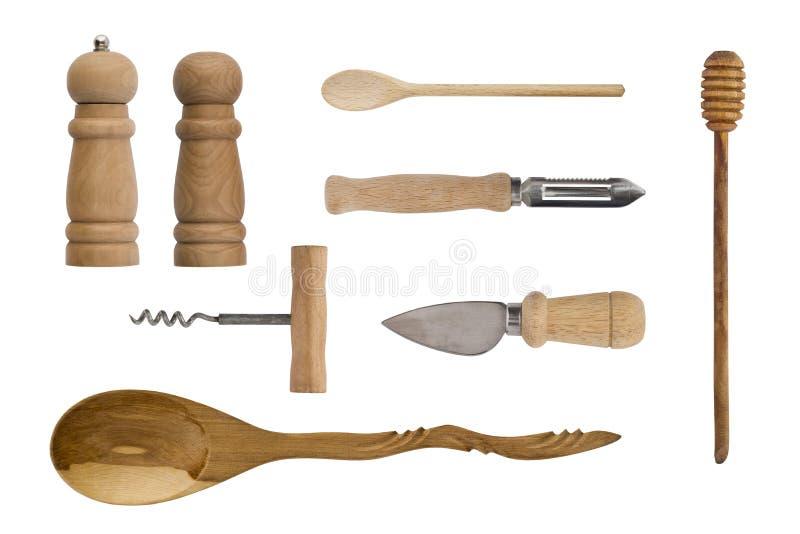 在白色背景隔绝的木厨具 匙子、拔塞螺旋、刀子、盐瓶和胡椒 库存图片