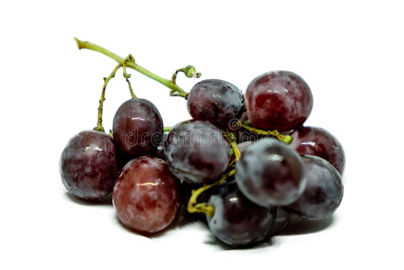 在白色背景隔绝的束红葡萄 免版税库存图片