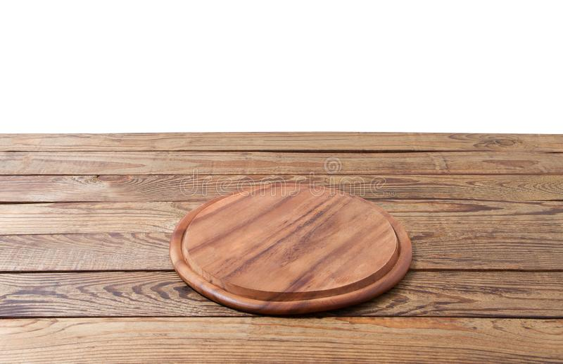 在白色背景隔绝的棕色木桌上的圆的比萨食物切板 木盘子板材和台式视图 空的拷贝 图库摄影