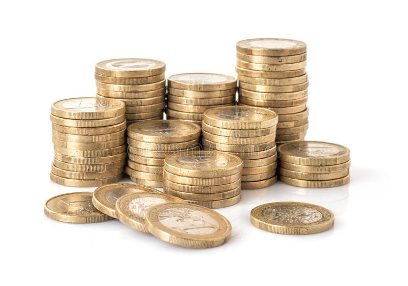 在白色背景隔绝的欧元硬币堆 免版税库存照片