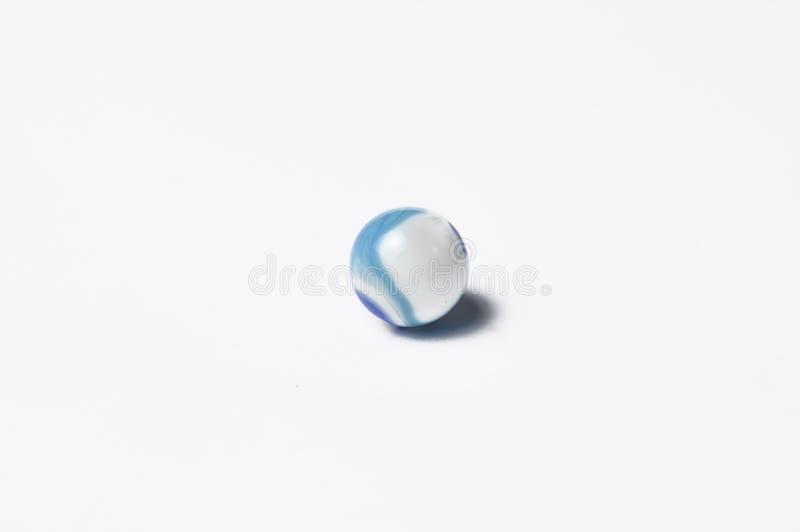 在白色背景隔绝的玻璃大理石球 五颜六色的玻璃大理石球 库存图片