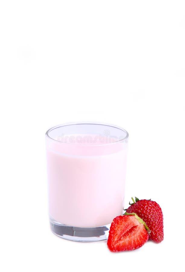 在白色背景隔绝的玻璃的新鲜的草莓酸奶 库存图片