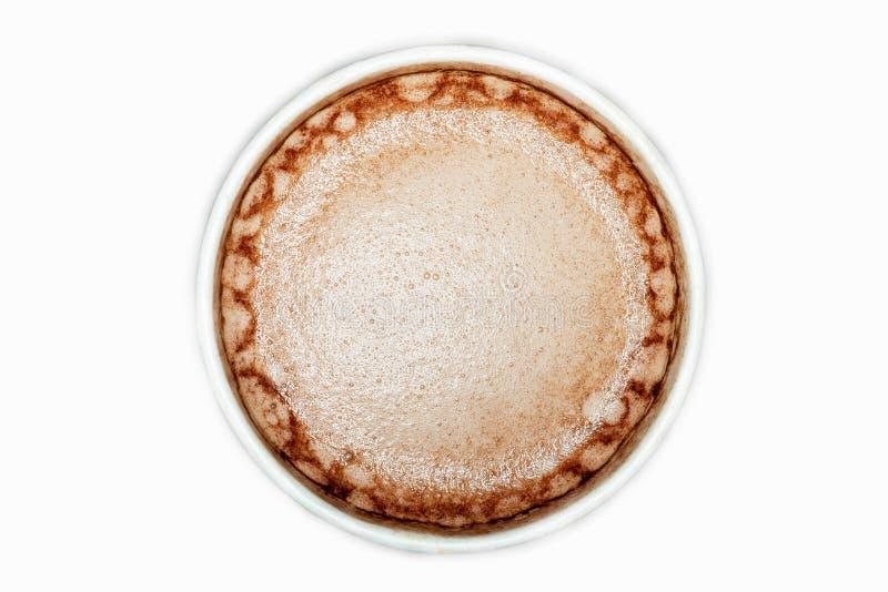 在白色背景隔绝的白色杯子的可可粉饮料,顶视图 免版税库存图片