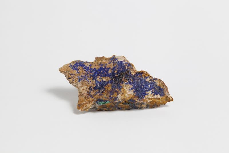 在白色背景隔绝的石青和绿沸铜矿石 免版税库存照片