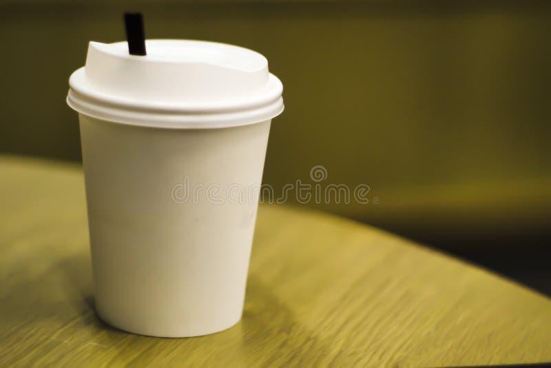在白色背景隔绝的空白外带的纸咖啡杯另外大小包括裁减路线 现实白纸杯子 免版税库存照片