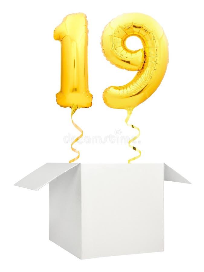 在白色背景隔绝的空白的白色箱子外面的金黄第九十气球飞行 免版税库存照片