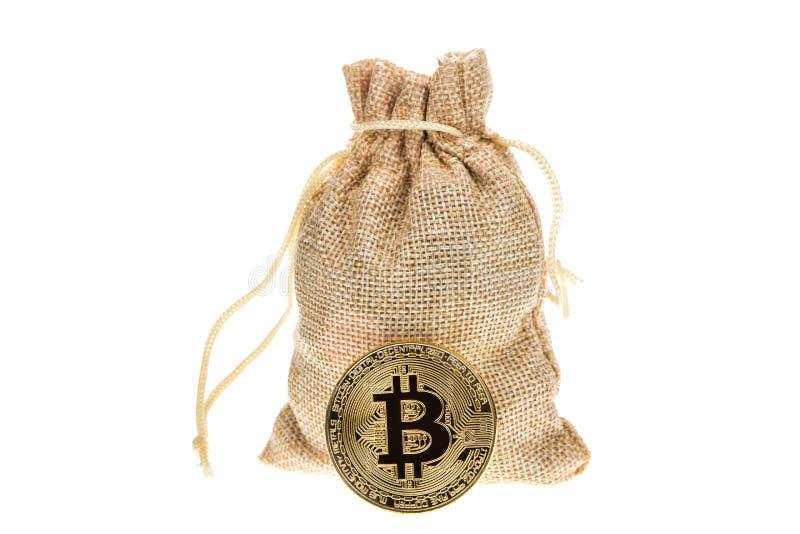 在白色背景隔绝的粗麻布大袋附近的Bitcoin cryptocurrency 隐藏网银行业务和interna的货币电子货币 免版税库存照片