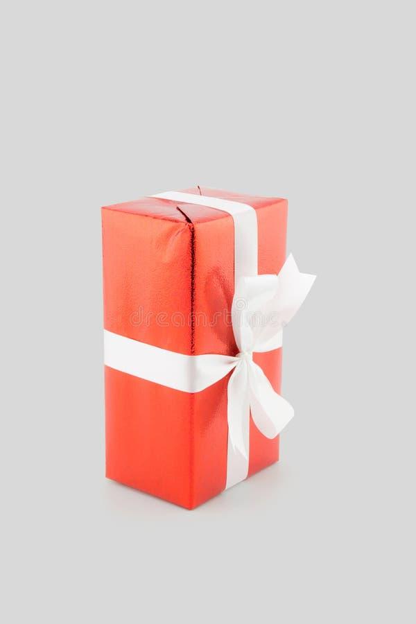 在白色背景隔绝的红色礼物盒白色丝带,使用圣诞节的和新年或者假日 免版税库存照片