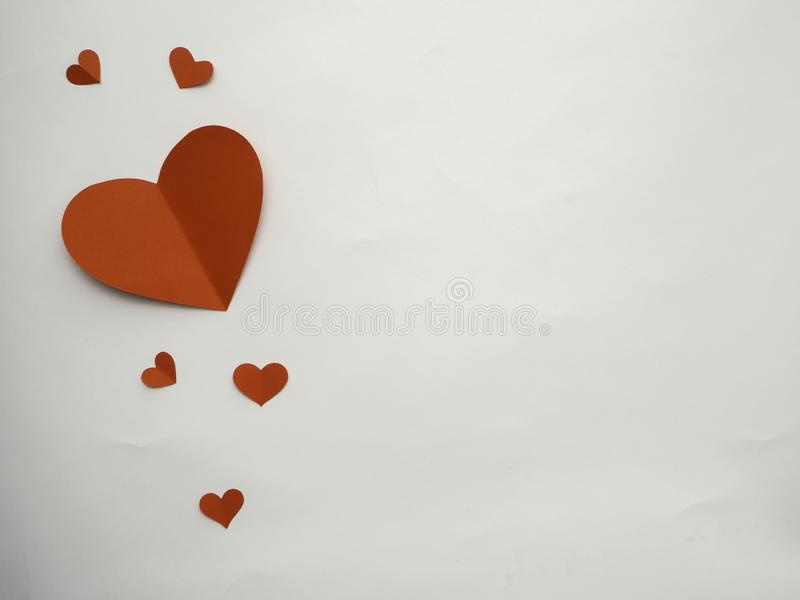 在白色背景隔绝的红色纸心脏 免版税库存图片