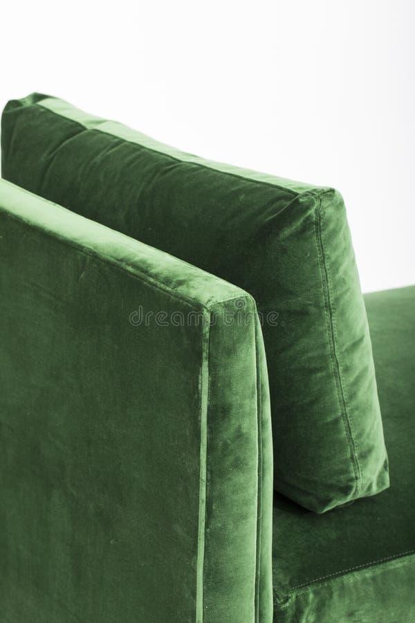 在白色背景隔绝的绿色沙发 在白色背景的一个沙发床长沙发 库存图片