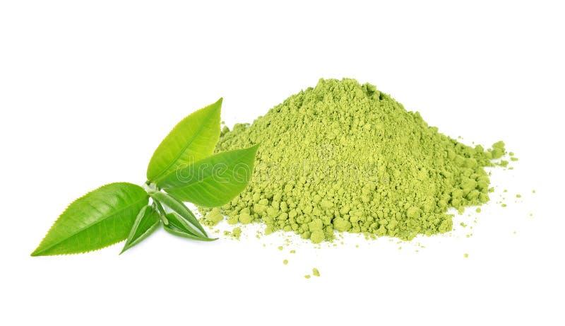 在白色背景隔绝的绿色茶叶和matcha粉末 免版税图库摄影