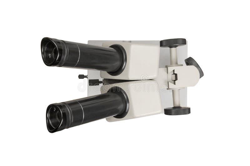 在白色背景隔绝的老显微镜,顶视图 裁减路线 免版税库存照片