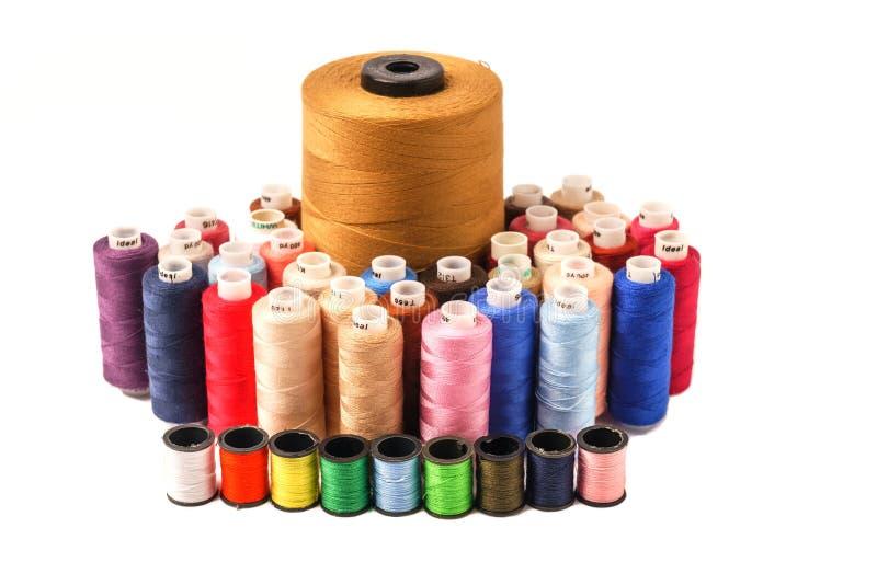 在白色背景隔绝的色的片盘 五颜六色的棉花ya 图库摄影